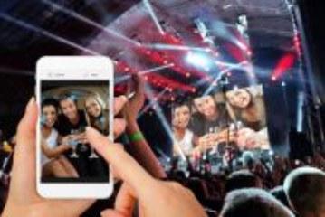 Fotospass mit der Selfiewall – Partyfotos vom Handy direkt auf den Beamer posten und live anzeigen