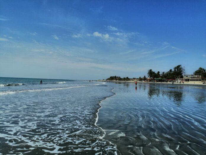 Die Strände von Gambia sind oft menschenleer und bieten ganzjährig Badefreuden höchster Güte