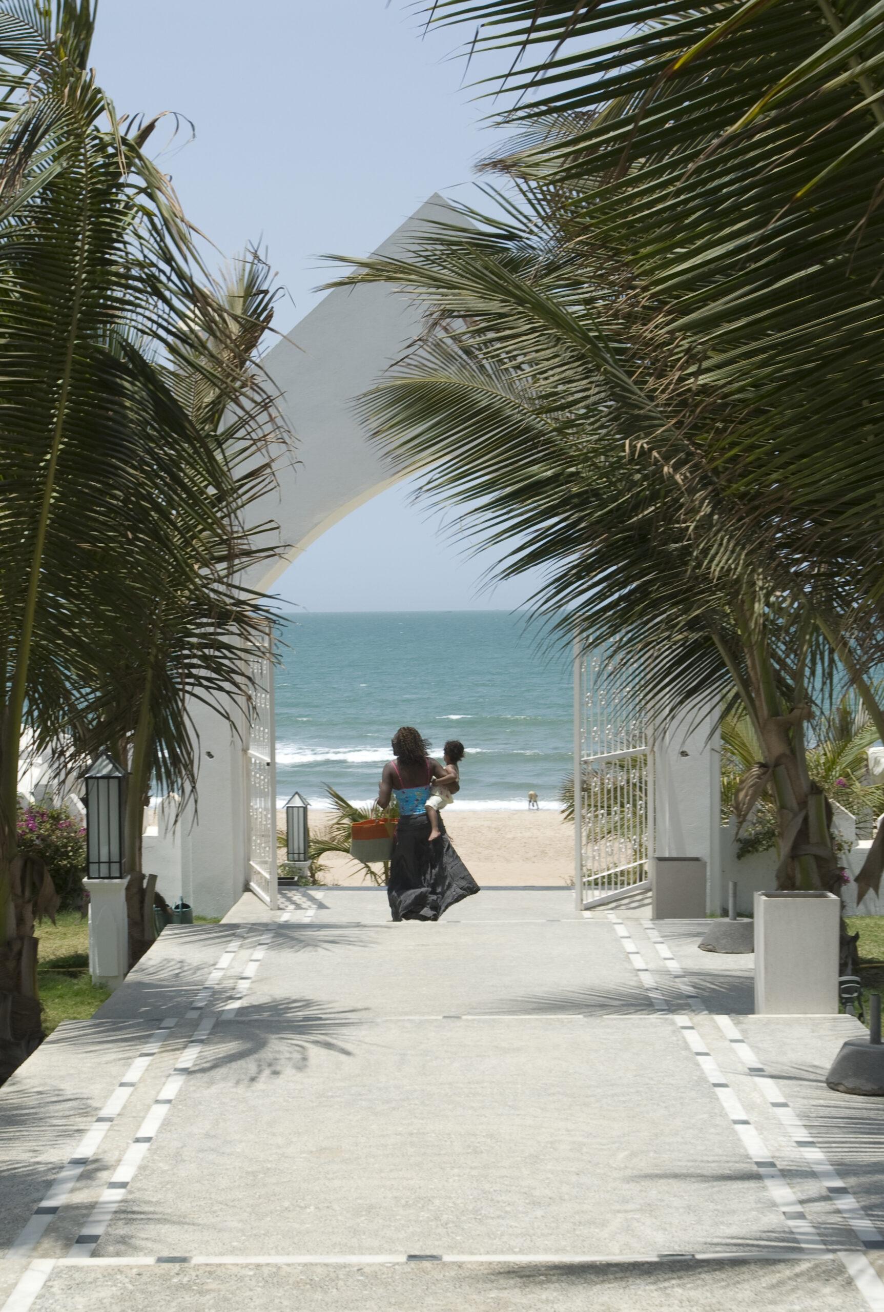 Walking to the beach scaled - Warum Gambia und das Coco Ocean Resort & Spa im Winter 2021/22 meine Reiseempfehlung Nummer 1 sind?
