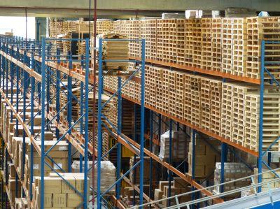 logistikunternehmen hochregale pakete und paletten